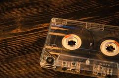Старая магнитофонная кассета на деревянной предпосылке абстрактное нот Стоковая Фотография