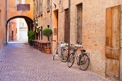 Старая малая каменная средневековая улица в историческом центре Стоковые Изображения