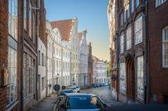 Старая маленькая улица в Luebeck стоковые фотографии rf