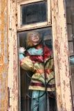Старая марионетка игрушки в старом окне Стоковое фото RF