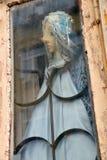 Старая марионетка игрушки в старом окне Стоковые Изображения RF