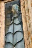 Старая марионетка игрушки в старом окне Стоковые Фотографии RF