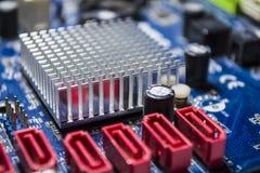 Старая материнская плата от компьютера голубого цвета текстура Запасные части ремонт Детали персонального компьютера оборудование стоковое фото