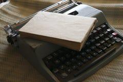 Старая машинка и старая книга Стоковая Фотография