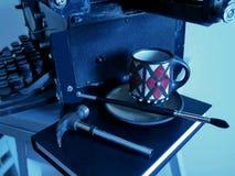 Старая машинка объектов-, черная чашка на книге и молоток Стоковое Изображение RF