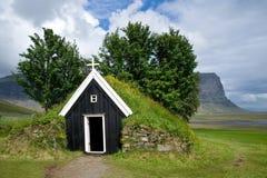 Старая малая деревянная церковь Nupstadur с травой на крыше, Исландией Стоковые Изображения RF