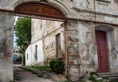 Старая маленькая улица в старом городке Стоковые Изображения