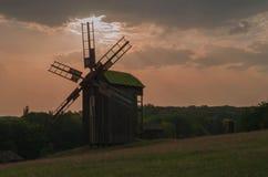 Старая мельница на предпосылке неба Стоковое Изображение