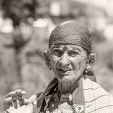 Старая местная женщина в Naggar, Индии стоковые фото