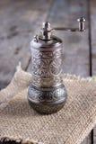 Старая мельница перца на деревянном столе Стоковые Изображения