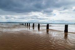 Старая мола Cowes с отражениями вдоль пляжа Cowes, острова Филиппа, Виктории, Австралии Стоковые Фотографии RF