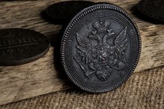 Старая монетка с монеткой двуглавого орла медной России XVII века, редкая монетка Стоковые Фото