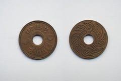 Старая монетка Таиланд, которая устарелое сегодня на белой предпосылке Стоковые Фотографии RF