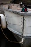 Старая моторная лодка состыкованная в озере Стоковые Изображения