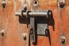 Старая накладка металла на старой винтажной деревянной двери Стоковые Фотографии RF