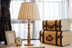 Старая настольная лампа приведенная на windowsill Стоковое фото RF