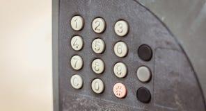 Старая несенная вне и пакостная кнопочная панель на улице Стоковые Изображения RF