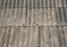 Старая несенная крыша азбеста на малом укрытии Стоковое Фото