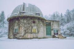 Старая обсерватория на зиме, снеге, свежем воздухе и чистой природе Стоковые Изображения