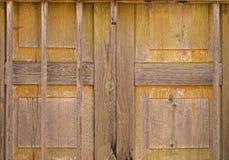 Старая обшитая панелями деревянная дверь, предпосылка Стоковые Фото