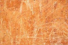 Старая огорченная поцарапанная откалыванная предпосылка терракоты охры ржавая с Grungy стеной текстуры Запятнанные цемент или пов стоковое изображение rf