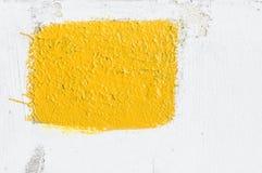 Старая огорченная треснутая белая стена цемента гипсолита с покрашенным желтым прямоугольником Указатель места заполнения модель- стоковая фотография rf