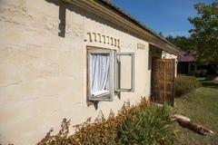 Старая оконная рама с белым занавесом старого стиля и старое деревянное foor Стоковое Изображение RF