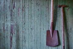 Старая лопата на древесине выдержанной зеленым цветом Стоковые Фото