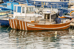 Старая оранжевая рыбацкая лодка стоковые изображения rf