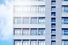 Старая организация бизнеса с небольшими окнами на предпосылке голубого неба sunlight Тонизированная синь стоковые изображения