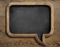 Старая доска в форме пузыря речи на деревянном Стоковая Фотография RF