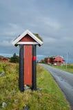 Старая доска информации в территории дома для гостей Hustadvika Стоковая Фотография RF