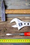 Старая отвертка, винты, универсальный гаечный ключ, винтажный молоток и лента стоковая фотография rf