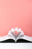 Старая открытая книга hardback, страница украшает в форму цветка для влюбленности в ` s валентинки влюбленность с открытым сердце Стоковое Изображение RF