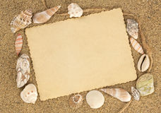 Старая открытка на seashells whith песка Стоковое Изображение