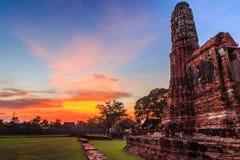 Старая пагода руин в Wat Chai Watthanaram с заходом солнца стоковая фотография