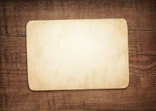 Старая пакостная бумага с тенью на коричневом деревянном suface стены или столешницы Стоковые Фото