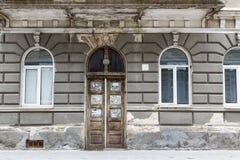 Старая пакостная деревянная дверь с треснутой стеной и Windows Стоковые Фото