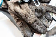 Старая пакостная перчатка ` s деятеля Отремонтируйте носку защиты стоковое изображение rf