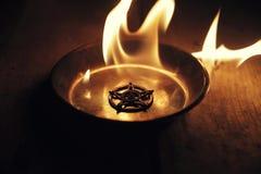 Старая пентаграмма горя в пламенах стоковые изображения