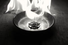 Старая пентаграмма горя в пламенах стоковое изображение