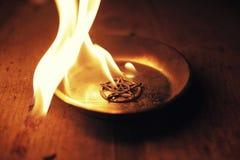 Старая пентаграмма горя в пламенах стоковое фото