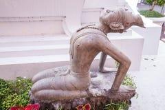 Старая переплетенная статуя сплава затворницы показывает индийскую йогу для того чтобы представить традиционную медицину и протяг стоковые фотографии rf