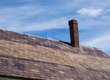 Старая печная труба кирпича склонности на крыше шифера Стоковое Фото