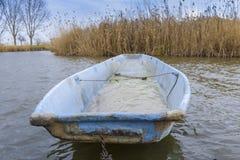 Старая пластичная рыбацкая лодка озером стоковая фотография rf