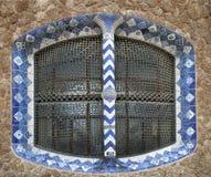Старая поврежденная декоративная керамическая оконная рама Стоковые Изображения RF