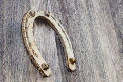 Старая подкова на деревянной предпосылке Стоковые Фото