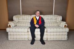 Старая пожилая улыбка Potrait старшего человека сидя в доме Стоковое фото RF