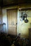 Старая покинутая далеко, кухня сельского дома Стоковые Изображения