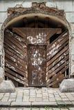 Старая покинутая дверь покрасила граффити в центре Братиславы Стоковые Фотографии RF